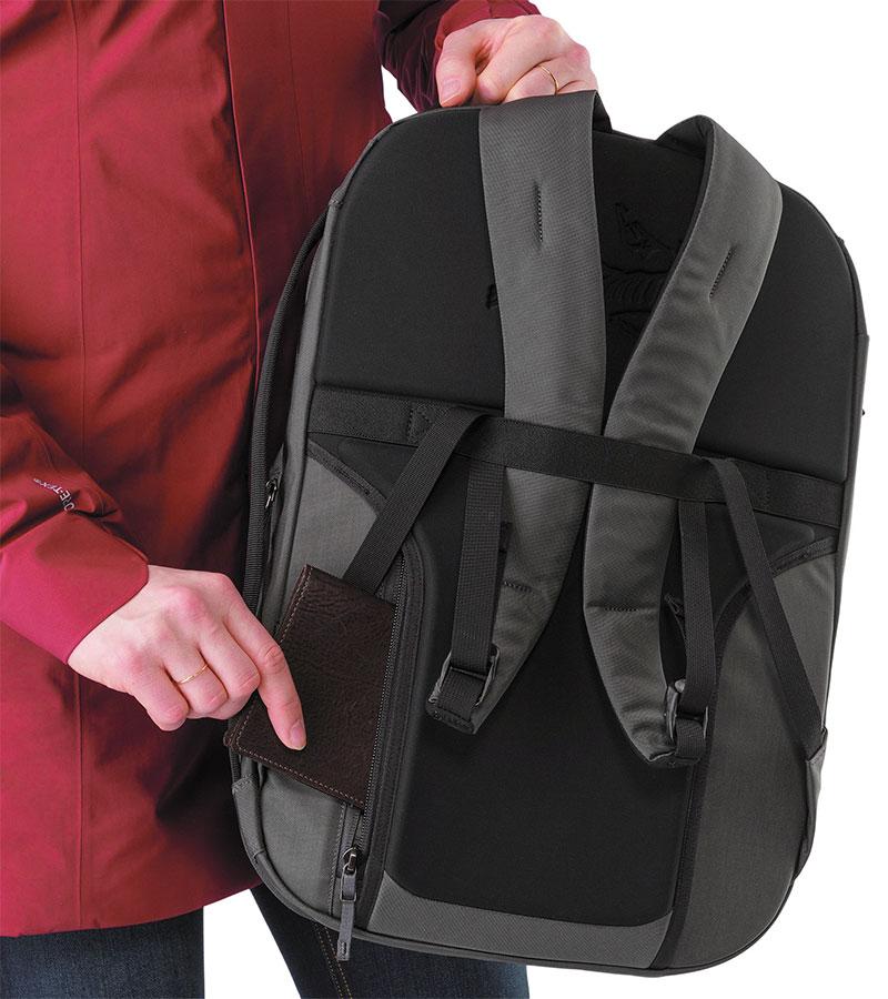 55e736fd1210 При внешней лаконичности рюкзаки серии Blade продуманы до мелочей