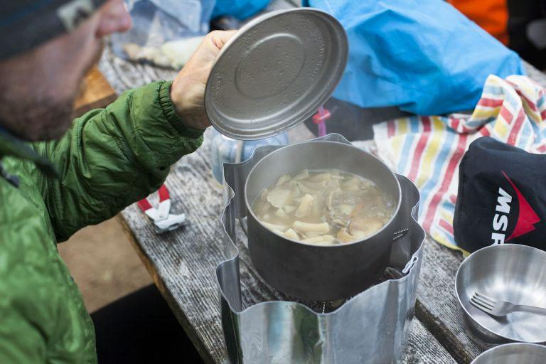 Приготовление пасты с сыром на мультитопливной горелке MSR Whisperlite Universal