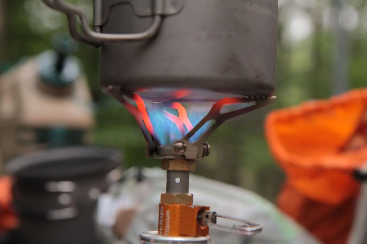 Кипячение воды в кружке. Горелка Fire-Maple Hornet — одна из самых лёгких и компактных моделей в мире