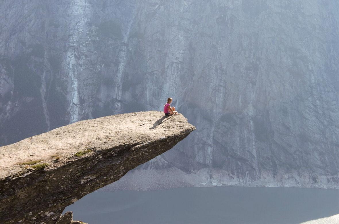 Всемирно известный «Язык Тролля» — скальный выступ на горе Скьеггедаль, расположенной неподалёку от города Одда © Антон Свешников