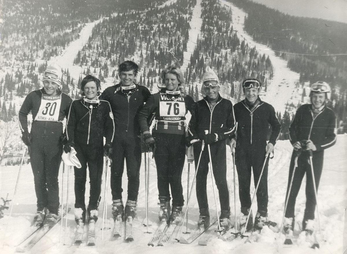5849091412f0 Спортсмены Таштагольской горнолыжной школы на вершине горы Холодная. Вид на  горнолыжные трассы