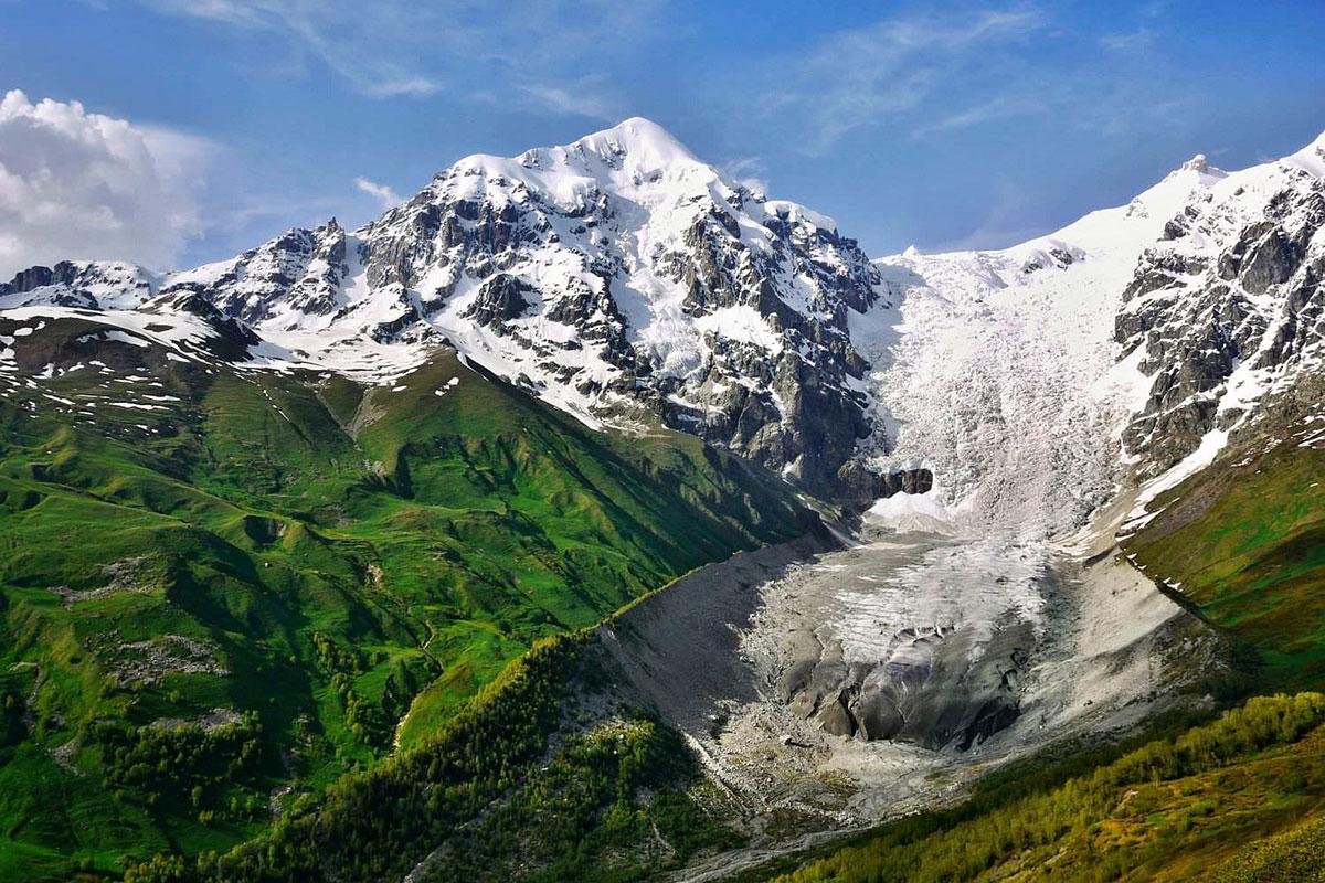 Вид на ледник Лардаад на одном из популярных треков по Сванетии © caucasus-trekking.com
