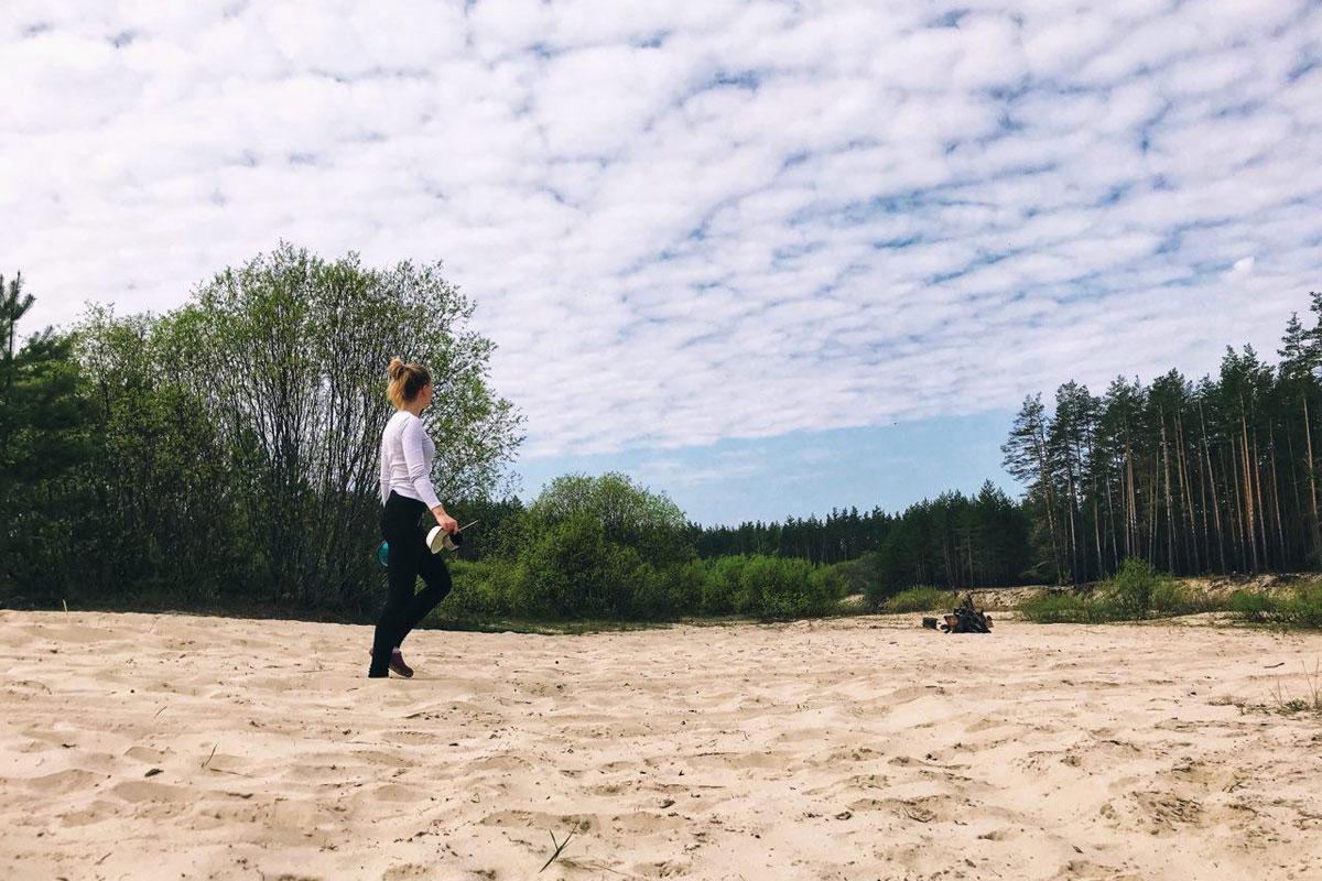Если затаскивать байдарку на утёс желания нет — по правому берегу иногда попадаются поляны и пляжи