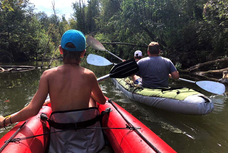 Из препятствий на пути — торчащие из воды деревянные палки. Придётся обойти